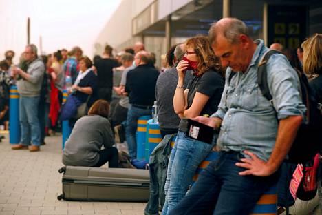 Ihmiset odottavat lentojaan Las Palmasin lentokentällä.