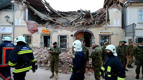 Pelastustyöntekijöitä ja sotilaita maanjäristyksessä sortuneen talon edustalla Petrinjassa tiistaina.