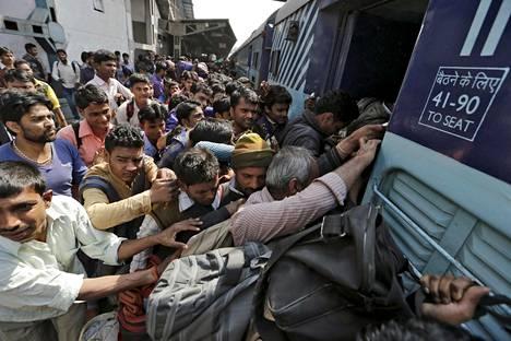 Ihmiset yrittivät mahtua junaan rautatieasemalla New Delhissä helmikuussa 2016.