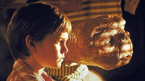 Elokuva E.T (1982) palkittiin Oscareilla. Se kertoo pojan ja ulkoavaruuden olennon ystävyydestä. Ainakin mikrobitason vieraaseen elämään ihmiset tuntuvat suhtautuvan ystävällisesti, kertovat tutkijat.