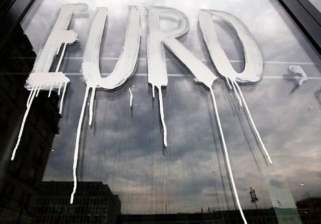 """Sana """"Euro"""" maalattiin heinäkuun alussa Berliinin taideakatemian lasiseinään."""