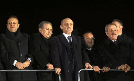 Turkin valtiovarainministeri Zafer Caglayan (oik.), ympäristöministeri Erdogan Bayraktar (toinen oik.), sisäministeri Muammer Guler (toinen vas.) ja eurooppaministeri Egemen Bagis (vas.) tervehtivät kannattajiaan Esenbogan lentokentällä Ankarassa tiistaina.