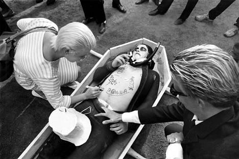 Polttareiden sulhanen töhrittiin tussilla ennen kuin hänet tyrkättiin Kolera-altaaseen 1986.