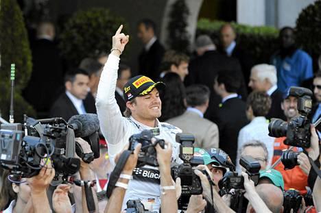 Valokuvaajat piirittivät Nico Rosbergin Monacon GP-voiton jälkeen.