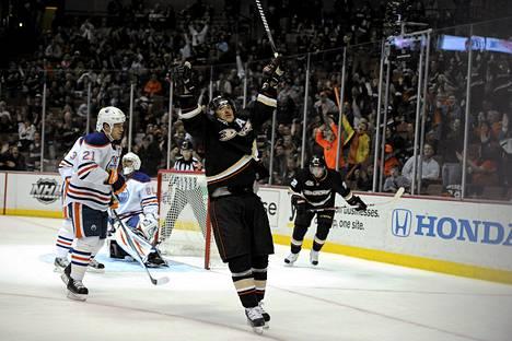 Teemu Selänne katkaisi maalittoman putkensa osumalla toisessa erässä Edmonton Oilersia vastaan.