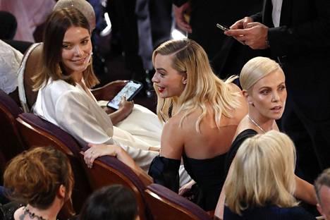 Näyttelijät Margot Robbie (kesk.) ja Charlize Theron (oik.) Oscar-gaalan katsomossa.