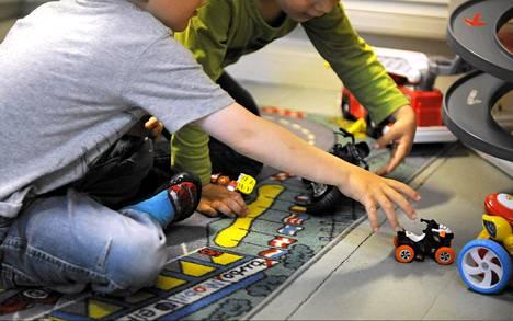 Lapset leikkivät päiväkodissa Helsingissä kesäkuussa 2013.