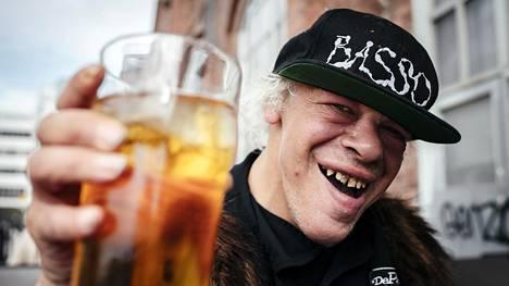 Pertti Kurikan Nimipäivät -yhtyeestä tuttu Kari Aalto vaihtoi vimmaisen punkmusiikin letkeään reggae-poljentoon.