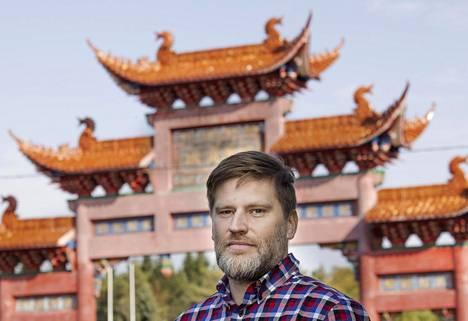 Silkkitien kirjeenvaihtaja Ville Similä kuvattiin Kouvolan China Centerin portilla. Similän seuranta-alue on Kiinan vaikutusvallan kasvu maailmalla.