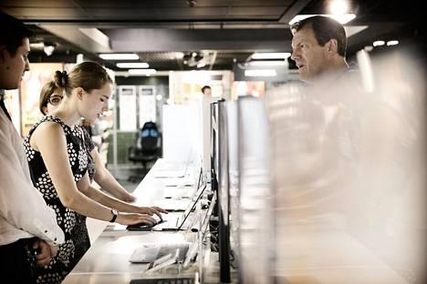 Alison Wetzelaer ja isä Walter Wetzelaer (oik) etsivät uutta kannettavaa kodinkoneketju Powerin tietokoneosastolta.