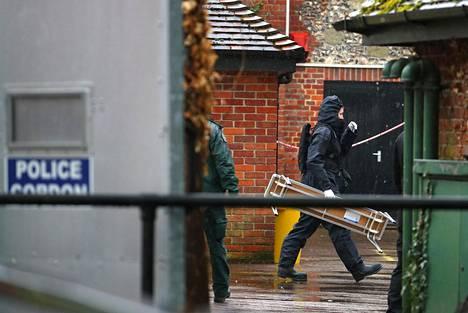 Poliisi tutki keskiviikkona Salisburyssä pubia, jossa myrkytetty Sergei Skripal oli vieraillut.