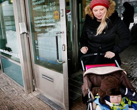 Salla Puroila kävi poikansa Nooan kanssa Stadin Asuntojen palvelupisteessä Ruoholahdessa. Hän on saanut asuntotarjouksen Kivikosta.
