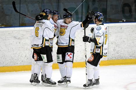 Ilves-kaupat peruuntuivat. Tamperelaisjoukkueen pelaajat Tommi Kivistö (vas.), Turo Asplund, Jiri Veistola ja Michael Keränen juhlivat maalia syyskuussa Espoossa.