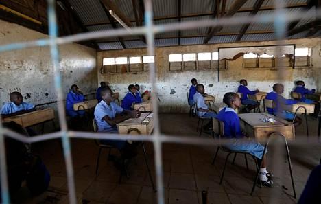 Oppilaat odottivat alakoulun kansallisen loppukokeen alkamista Kiboron koulussa Nairobissa Keniassa vuoden 2017 lokakuussa.
