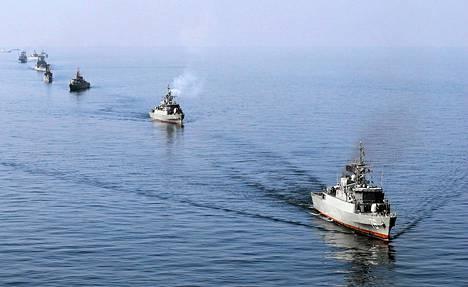 Iranin laivaston aluksia sotaharjoituksissa Hormuzinsalmessa tammikuun alussa.