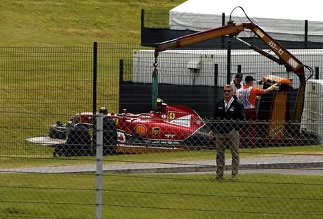 Kimi Räikkösen auto kuljetettiin kolarin jälkeen pois.