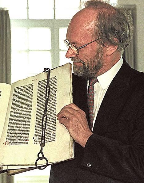 Dekaani Hans Jochims esitteli yhtä säilynyttä Gutenbergin raamattua.