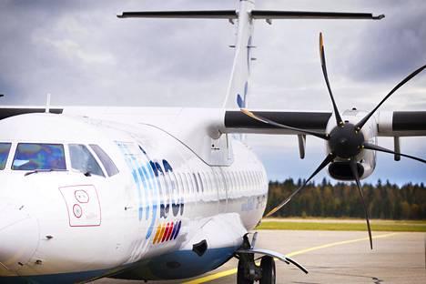 Lentokone Kemi-Tornion lentokentällä.