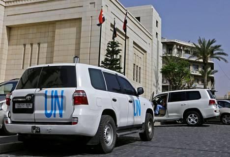 YK:n autot seisoivat Kemiallisten aseiden kieltojärjestön OPCW:n tutkijoiden hotellin edessä Damaskoksessa 19. huhtikuuta, kun tutkijat yhä odottivat pääsyä Dumaan.