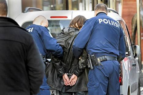 Kataista lähestynyt veitsimies saatellaan poliisiautoon Turussa lokakuussa.
