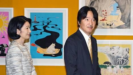 Japanin prinssi Fumihito vieraili Muuminäyttelyssä Tokiossa vaimonsa prinsessa Kikon kanssa keväällä 2019.