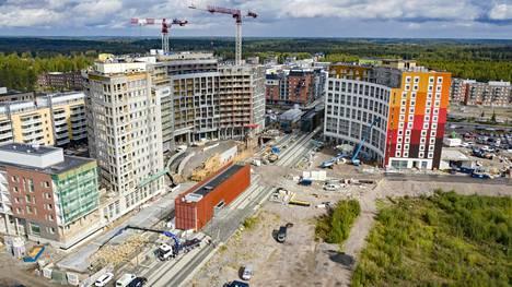 Vuosi sitten Kivistön juna-aseman ympärillä oli lukuisia rakennustyömaita, mutta ei vastapäätä sijaitsevassa korttelissa, johon kauppakiinteistön on määrä nousta.