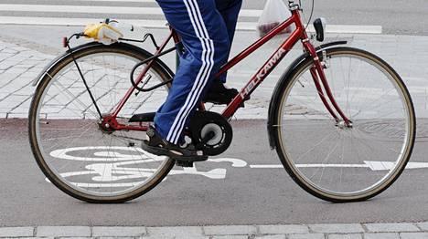 Tutkimusten mukaan yksisuuntaiset pyöräkaistat ovat vähentäneet pyöräilijöiden ja autoilijoiden risteämisonnettomuuksien määrää.