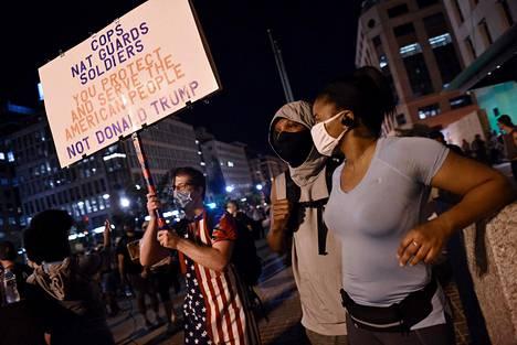Mielenosoittajia Valkoisen talon lähistöllä Washingtonissa keskiviikkoiltana.
