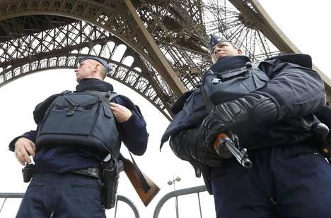 Poliisi vartioi Eifel-tornin edustalla.