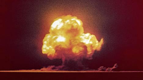Näytti kuin päivä olisi valjennut väärästä suunnasta, ensimmäistä räjähdystä todistaneet muistelivat. Koe oli Alamogordossa New Mexicossa 16. heinäkuuta vuonna 1945.