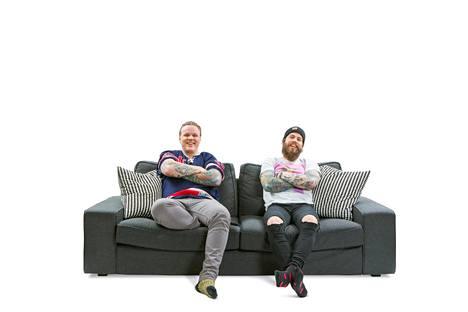 Kolmoskaudella Osku Valtonen ja Juhani Koskinen katsovat televisiota Valtosen olohuoneessa.