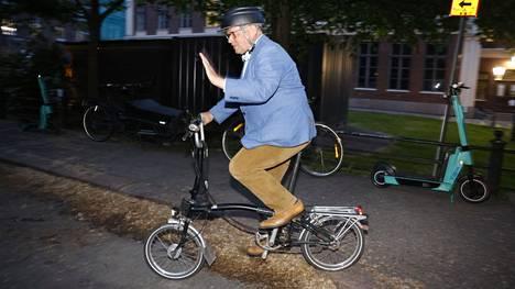 Helsingin tuleva pormestari Juhani Vartiainen poistui voitolla yöhön pyörällä.