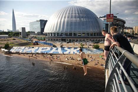 Pietarilaisia teinejä kesäkuun loppupuolella hyppimässä sillalta Suomenlahteen.