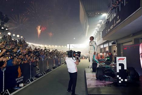 Lewis Hamilton nautti kauden seitsemännestä osakilpailuvoitostaan Singaporen illassa.