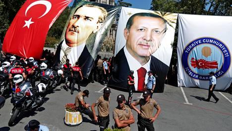 Korttelivartiostojoukkojen jäseniä Istanbulissa 25. elokuuta 2017. Taustalla nykyaikaisen Turkin perustajan Atatürkin ja presidentti Recep Tayyip Erdoğanin julisteita.