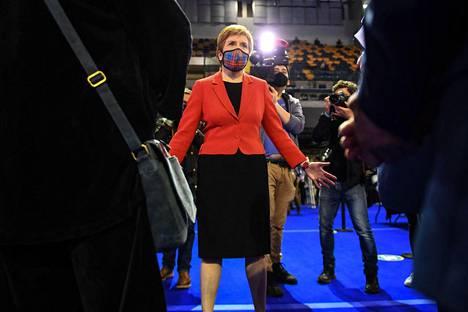 Skotlannin pääministeri Nicola Sturgeon Glasgowssa perjantai-iltana, kun hänen oma paikkansa parlamentissa varmistui.
