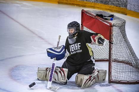 Markus Tihumäki torjui maalilla näkövammaisten jääkiekkoleirillä Pajulahdessa.