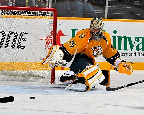 Nashvillen Pekka Rinne tositoimissa. Kuva on viime viikon ottelusta Calgarya vastaan.