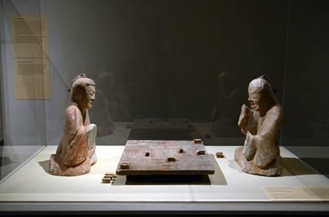 New Yorkin Metropolitan Museumissa oli vuonna 2013 esillä Han-dynastian aikainen saviveistos liubon pelaajista.