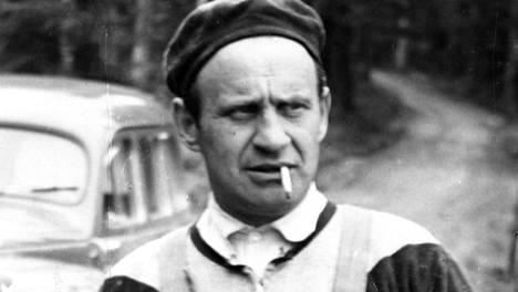 Väinö Linna vuonna 1958. Tuntematon sotilas on ilmestynyt, Pohjantähti työn alla.