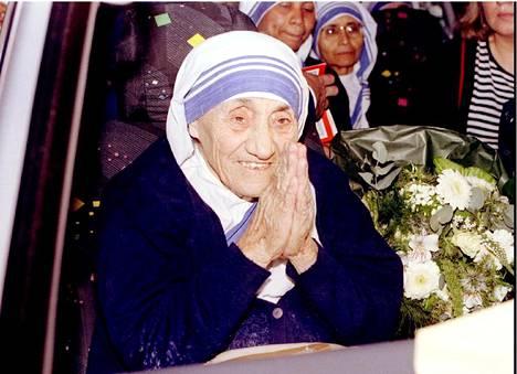 Äiti Teresa sai Nobelin rauhanpalkinnon vuonna 1979. Hän teki elämäntyönsä Intian köyhien parissa.