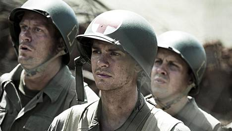 Andrew Garfield (keskellä) näyttelee tulimyrskyyn joutuvaa lääkintämiestä.