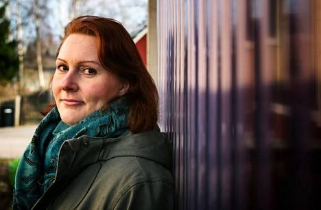 Tutkijatohtori Mirka Smolej pitää yllättävänä sitä, etteivät viranomaiset puutu edes vuosia jatkuneeseen väkivaltaan.