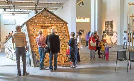 Vanhaan rehuvarastoon rakennettua näyttelytilaa hallitsee Edwina Goldstonen lato, johon on pujoteltu näkymiä Karjalasta.