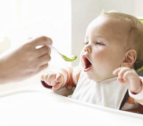 Vauva voi harjoitella kiinteiden ruokien syömistä aluksi esimerkiksi aamiaisella ja lounaalla.