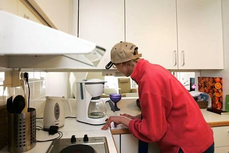 Helsingin Arabianrantaan perustettiin vuonna 2009 nuorten kehitysvammaisten asuintalo, johon Ilmari Jetsonen oli tuolloin tutustumassa. Kuvassa hän katselee, miten keittiön pistorasiat on sijoitettu.