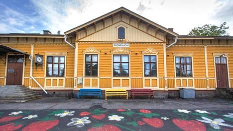 Suonenjoen vanha asema Pohjois-Savossa on myynnissä. Junat pysähtyvät siellä yhä, ja esimerkiksi pääkaupunkiin pääsee monta kertaa päivässä. Hirsinen rakennus on perinteinen maaseutuasema ikkunakoristeineen, portaineen ja kelloineen.