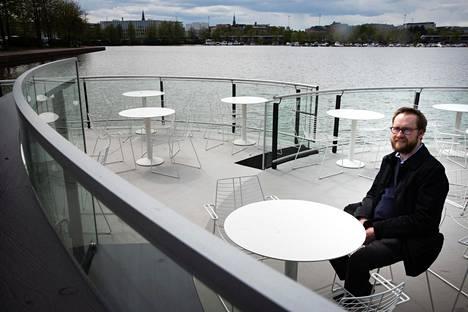 Ravintola Meripaviljongin terassilla ovat valmistelutyöt käynnissä, sillä pöytien lopullinen sijoittelu on vielä työn alla. Meripaviljonki kuuluu samaan konserniin ravintola Lasipalatsin kanssa. Ravintoloitsija Joonas Keskinen kertoo, että ravintola aukeaa 1. kesäkuuta.