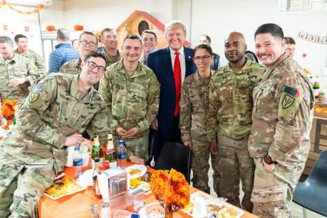 Presidentti Donald Trump teki yllätysvierailun amerikkalaissotilaiden tukikohtaan Bagramissa Afganistanissa kiitospäivänä marraskuussa 2019.