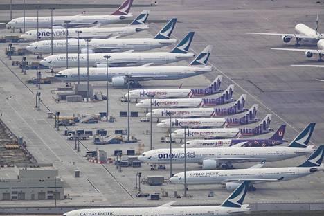 Hongkongilaisten lentoyhtiöiden koneita kaupungin kansainvälisellä kentällä koronavirusrajoitusten alkamisen jälkeen 6. maaliskuuta.